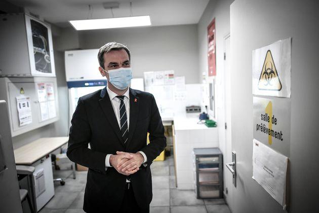 Le ministre de la Santé Olivier Véran (ici dans un centre de dépistage) a annoncé une vaste opération...