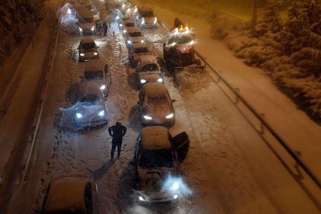 Una quitanieves trata de limpiar la M-30 de Madrid mientras se apilan los coches paralizados a su