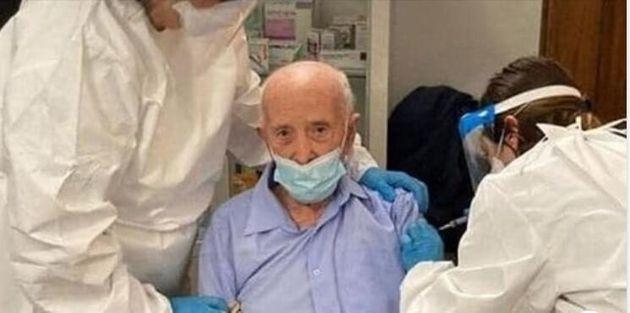 """Nonno Basilio a 103 riceve il vaccino, gli haters lo insultano: """"Potevi cederlo, per te è inutile"""""""
