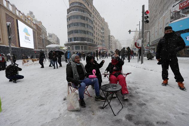 Un grupo de personas toma un tentempié en la plaza de Callao