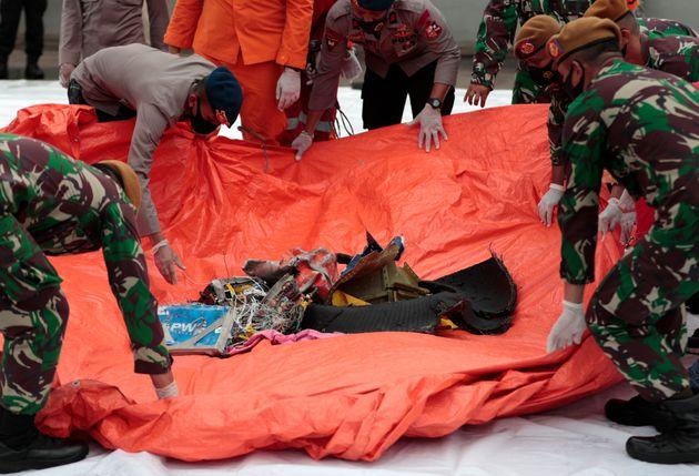 Αεροπορική τραγωδία στην Ινδονησία: Σήματα από το μαύρο κουτί και συντρίμμια στη