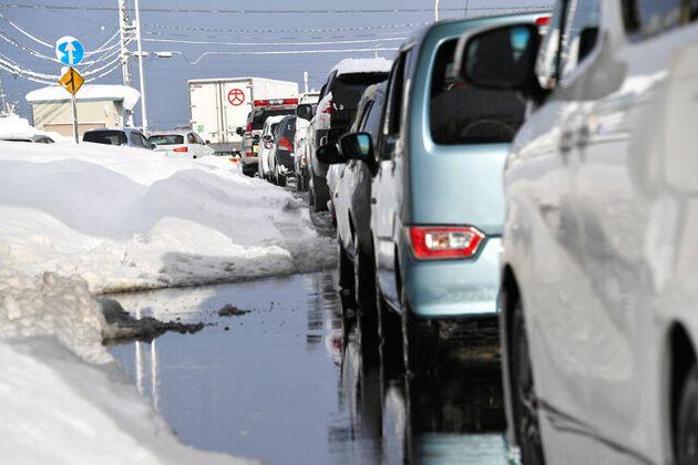 国道8号への乗り入れが制限されたために渋滞する国道158号。福井IC出口との合流点では、北陸道で立ち往生していた車も下りてきていた=2021年1月10日午前8時26分、福井市、井手さゆり撮影