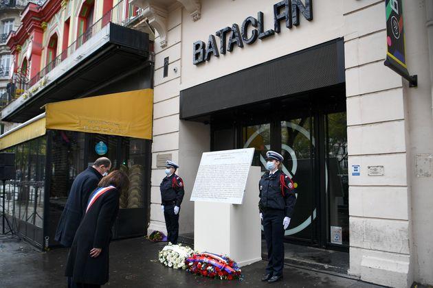 Anne Hidalgo qui se recueille ce 13 novembre 2020 avec Jean Castex devant le Bataclan a annoncé...
