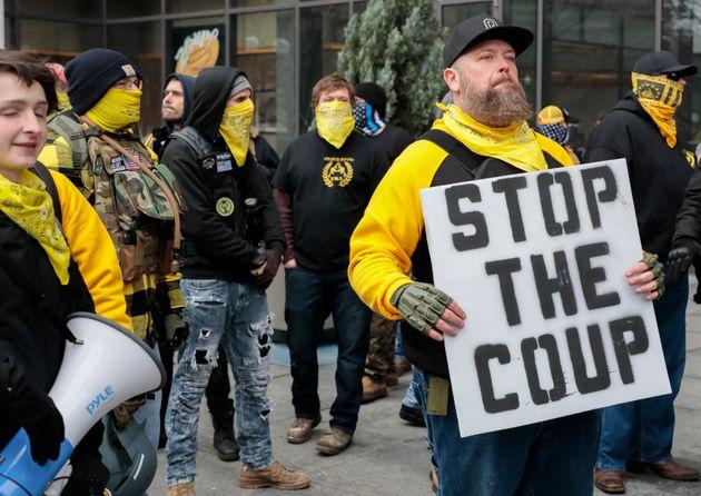 Des membres des Proud Boys manifestent le mercredi 6 janvier 202, à l'Ohio Statehouse, à...