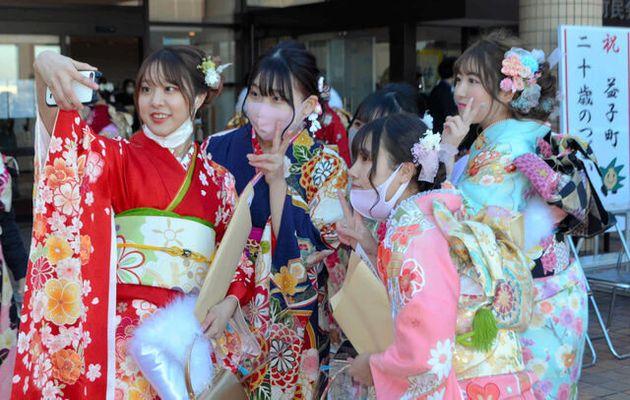 スマートフォンで写真に納まる新成人たち=2021年1月10日午前10時50分、栃木県益子町益子、池田拓哉撮影