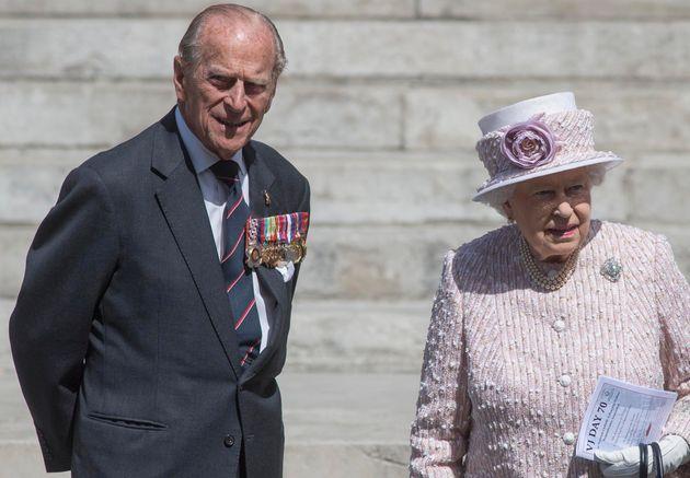 La reina Isabel II y el duque de Edimburgo en un memorial por los caídos en la II Guerra