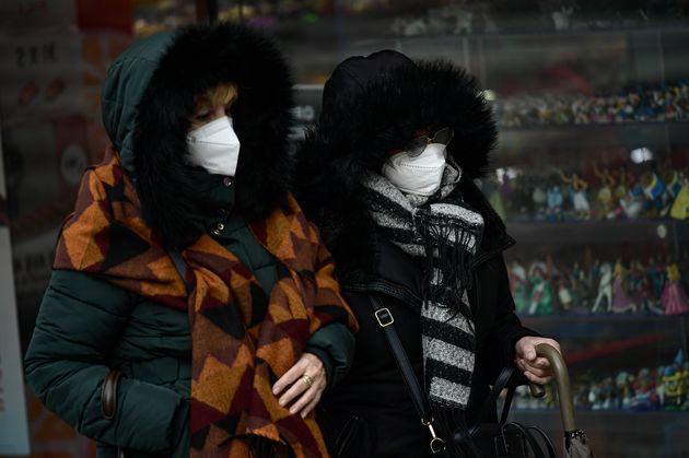 Dos mujeres en Pamplona combaten la ola de frío. este