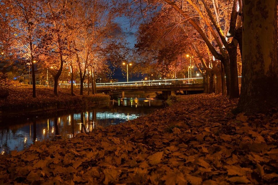 Ο ποταμός Ληθαίος και το παρόχθιο μονοπάτι στο κέντρο της πόλης,
