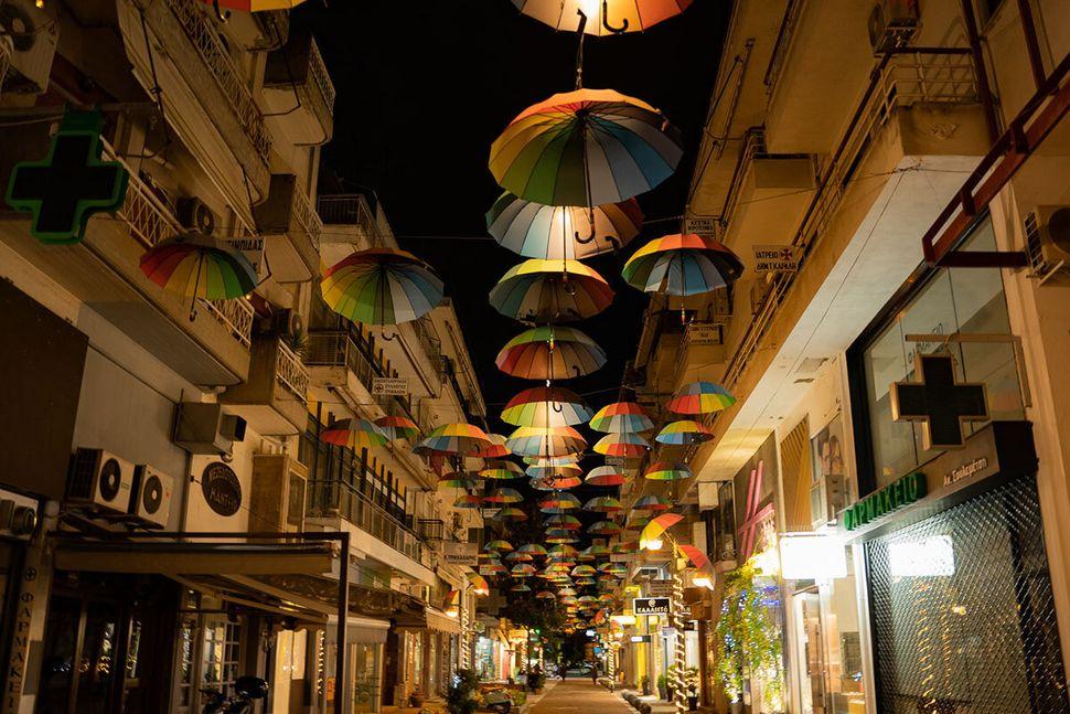 Ο πεζόδρομος Απόλλωνος με τις αιωρούμενες ομπρέλες στο κέντρο των Τρικάλων
