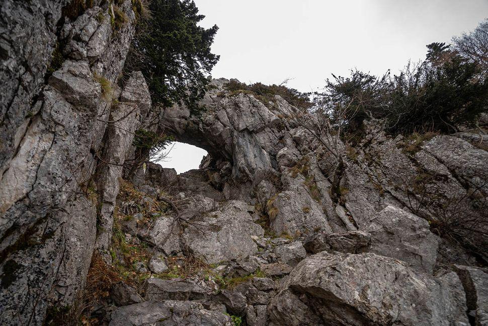 """Το """"Τρύπιο Λιθάρι"""" στον Κόζιακα που συναντάται κατά τη διαδρομή  Κόρη - Τρύπιο Λιθάρι - Καταφύγιο Κόζιακα"""
