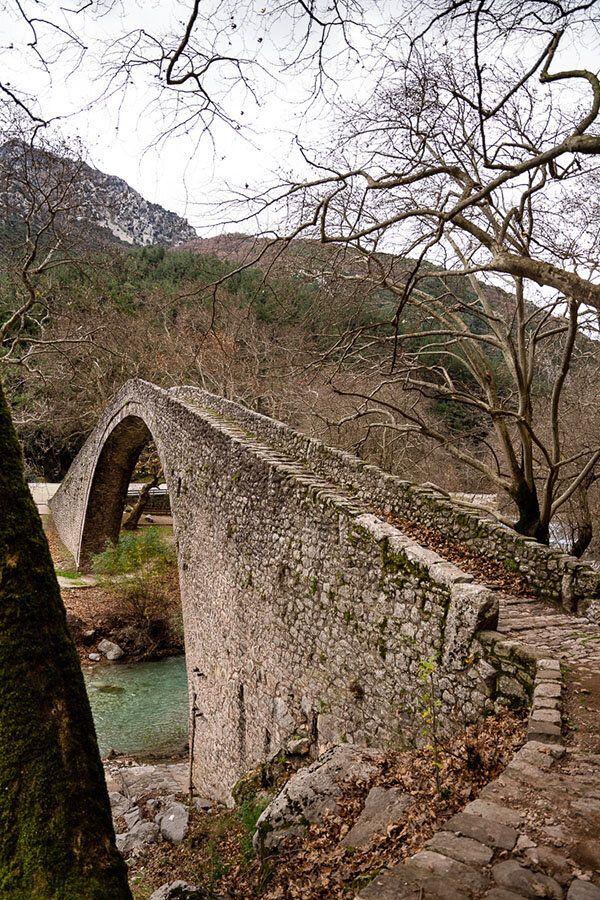 Το πέτρινο τοξωτό γεφύρι του Πορταϊκού ποταμού στην Πύλη Τρικάλων