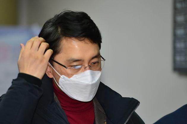 인턴 여비서 성폭행 의혹에 휩싸인 무소속 김병욱(포항남.울릉)의원이 11일 오후 공직선거법 위반과 관련 재판을 받기 위해 대구지방법원 포항지원에 출석하고 있다.