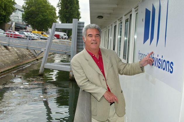 Le journaliste Georges Pernoud, le 16 juin 2004, quai de Javel à Paris, devant le bateau de l'émission...