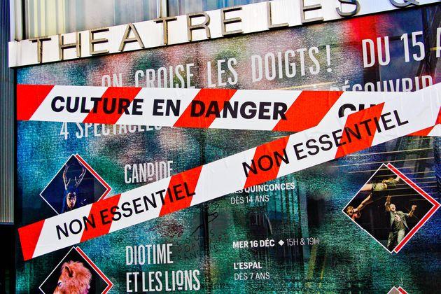 Des rubans de chantier sur lesquels sont inscrits les slogans