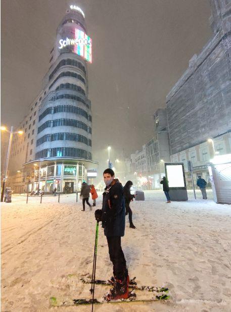 José Antonio esquiando por las calles de