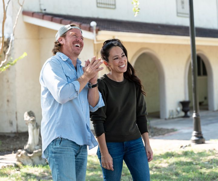 """Hosts Chip & Joanna Gaines chat after their walkthrough of the Levings-Holmes house, as seen on """"Fixer Upper,"""" Season 6."""