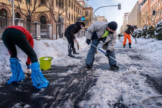 Vecinos de Madrid retiran la nieve y se enfrentan al hielo en las