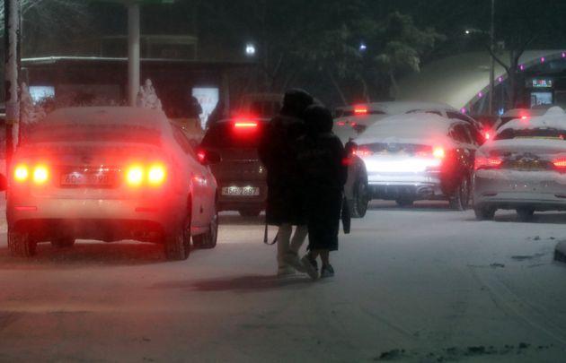 서울 전역에 대설주의보가 발효된 6일 오후 서울 잠실역 인근 도로가 강설로 인해 결빙돼 차들이 멈춰서