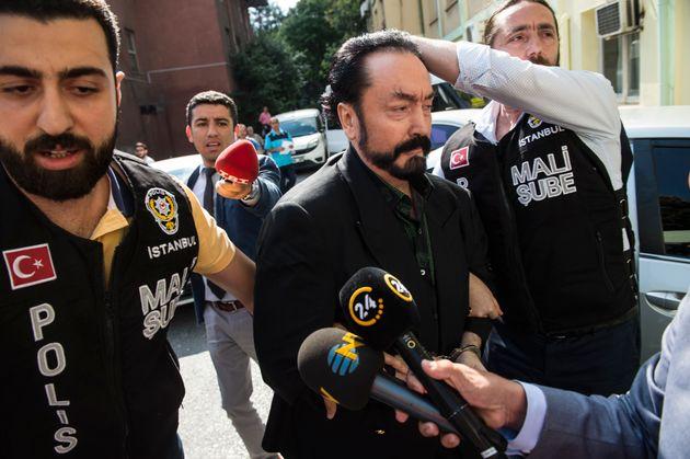 2018년 7월 11일 이스탄불에서 아드난 옥타르가 사기혐의로 경찰에