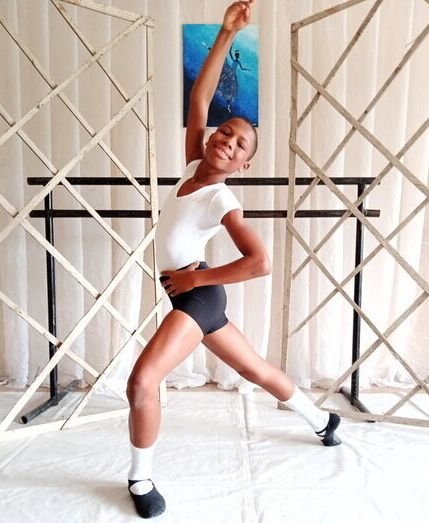 雨の中、裸足でバレエを踊ったナイジェリアの少年。12歳の彼が、コロナ禍に見出す希望とは。