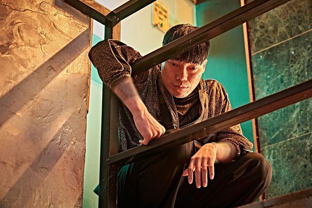 배진웅은 영화 '지푸라기라도 잡고 싶은 짐승들(2018)'에서 사채업자의 부하 직원 '메기' 역으로 출연했다. 사진은 영화 속 배진웅