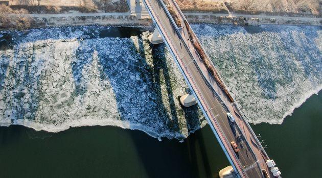 북극에서 밀려 내려오는 한파로 서울 전역에 한파주의보가 내려진 6일 서울 광진교 인근 한강에 얼음이