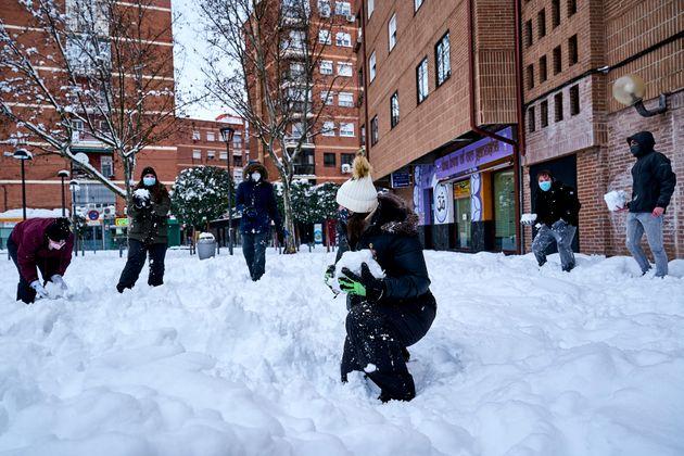 Un grupo de jóvenes juega con la nieve en Móstoles (Comunidad de