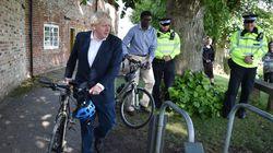 Boris Johnson, cazado en bici a 11km de su casa durante el