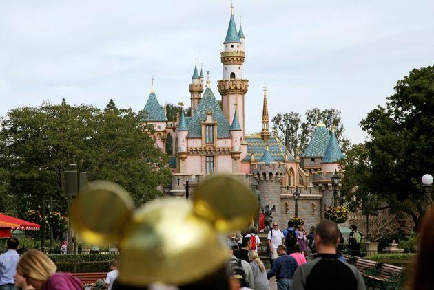 En esta fotografía de archivo del 22 de enero de 2015, los visitantes caminan cerca del castillo...