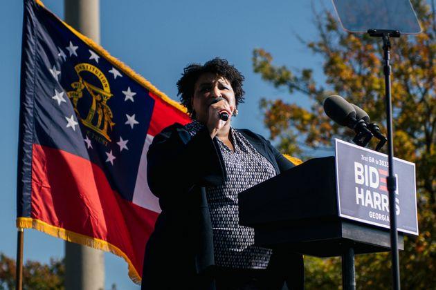 Stacey Abrams parla abans que l'expresident Barack Obama a Atlanta (Geòrgia) el 2 de novembre...