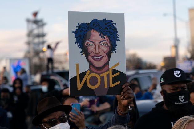 Imatge d'Abrams entre la gernació a Atlanta el 4 de gener del 2021 durant el parlament del...
