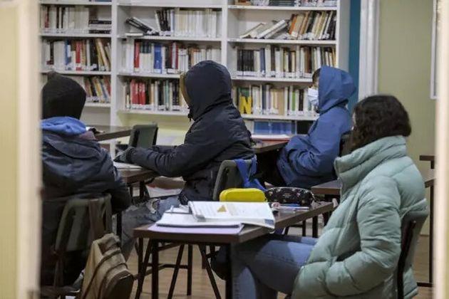 Estudiantes dando clase con abrigo por la ola de frío y por la apertura de ventanas por el