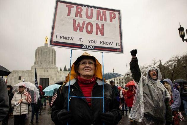 Manifestantes pro-Trump en Oregón. La pancarta reza: 'Trump ganó. Lo sé yo y lo sabes