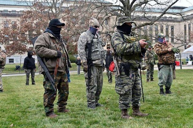 Protesta armada ante el capitolio estatal de Kentucky, donde también han tenido que reforzar la