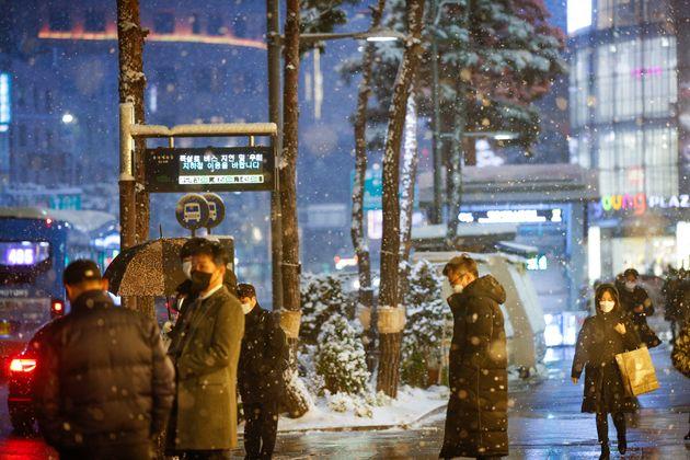 수도권 전역에 많은 눈이 내린 12일 오후 서울 중구 롯데백화점 앞 버스정류장 전광판에 지하철 이용 당부 안내 문구가 떠