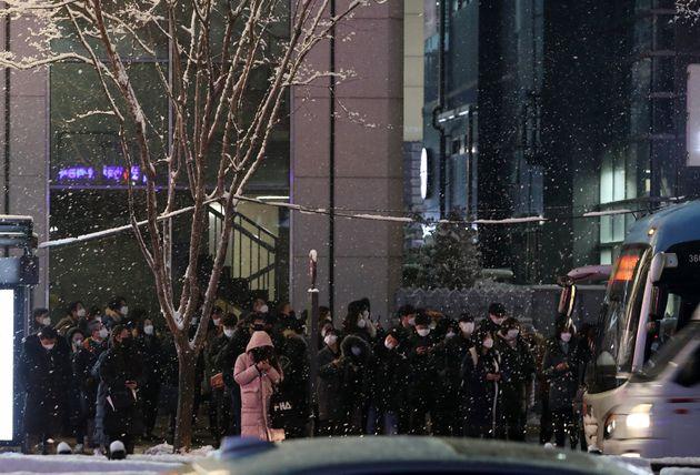 12일 오후 서울 서초구 강남역 인근 광역버스 정류장에 퇴근하는 시민들이 버스를 기다리고