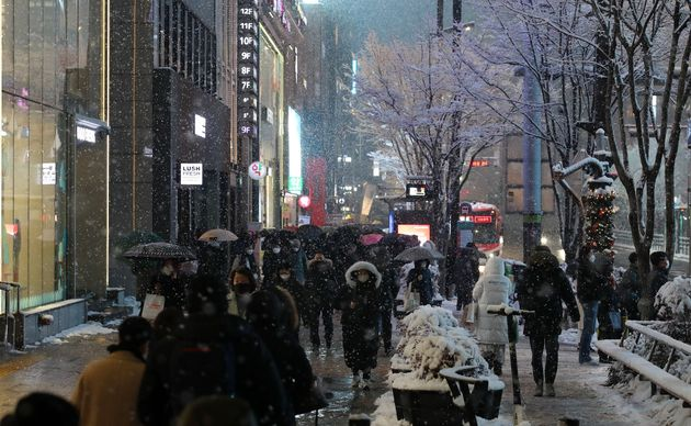 12일 오후 서울 서초구 강남역 인근에서 시민들이 퇴근하고