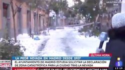 Una reportera de TVE habla en la calle sobre la nieve y pasa justo lo que está