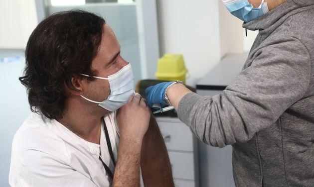 Una enfermera vacuna a un sanitario en el Hospital Enfermera Isabel Zendal este martes 12 de
