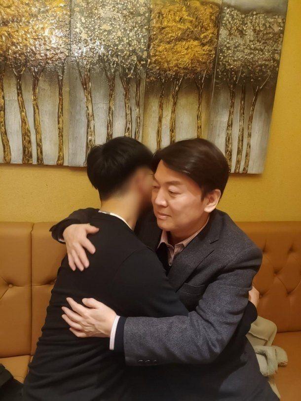 안철수 국민의당 대표가 북한 피격 공무원 아들과 포옹하고