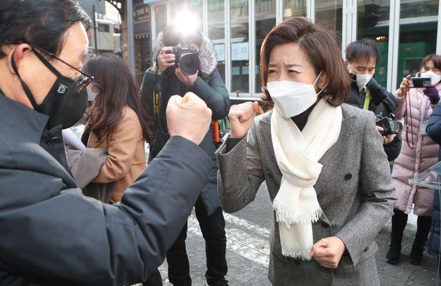 서울시장 보궐선거 출마를 공식 선언한 나경원 전 의원이 시민의 응원을 받고