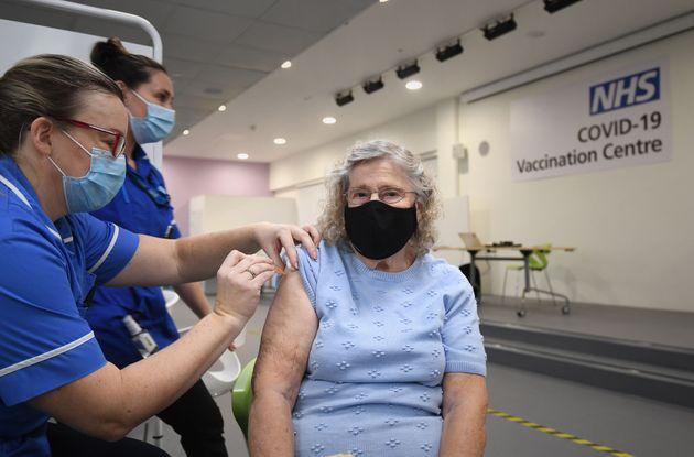 ワクチン接種の大型センター(イングランド・スティーブニッジ)