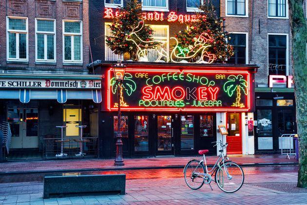 """Amsterdam vuole vietare i cannabis coffee shop ai turisti: """"Devono venire qui per"""
