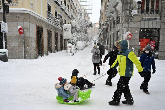 Unos niños juegan con sus padres, el pasado 9 de enero, en las calles de