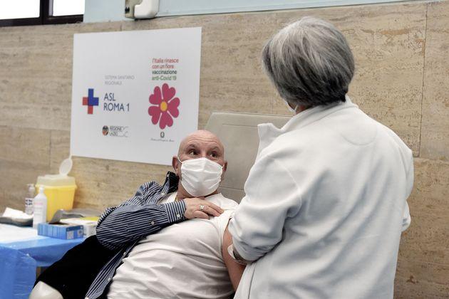 Vaccini, Italia (e Campania) prima in Europa. I tedeschi non ci possono