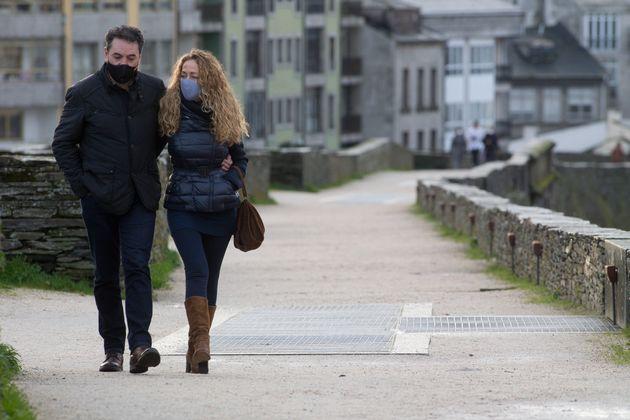 Una pareja pasea por las calles de Lugo, el pasado 30 de diciembre, cuando estaba bajo confinamiento
