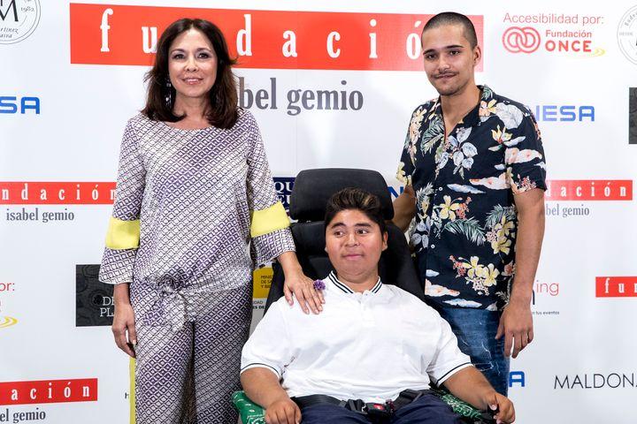 Isabel Gemio con sus dos hijos, Gustavo y Diego.