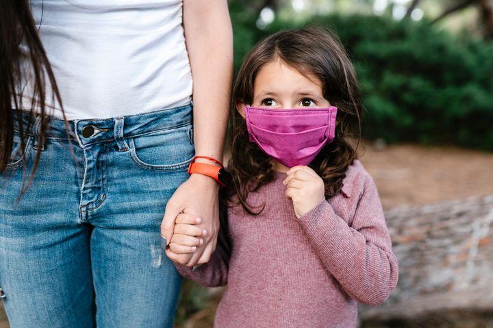Ce masque, par exemple, semble trop grand pour le visage de cette fillette.