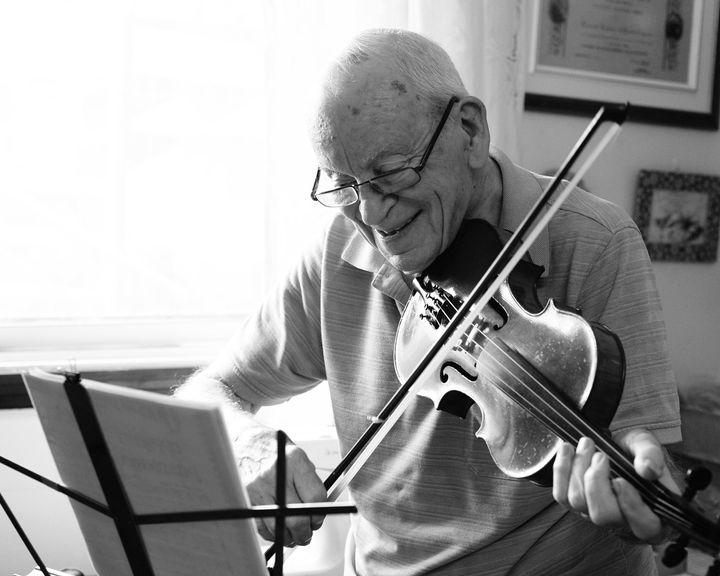 Roland se pratiquant au violon.