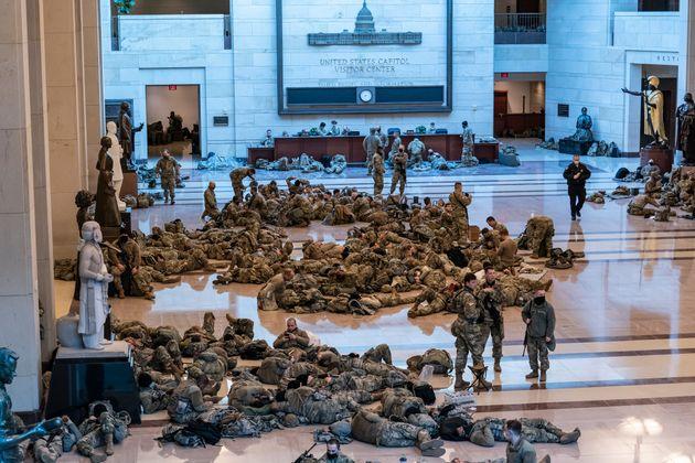 Des dizaines de militaires ont passé la nuit à l'intérieur du bâtiment...